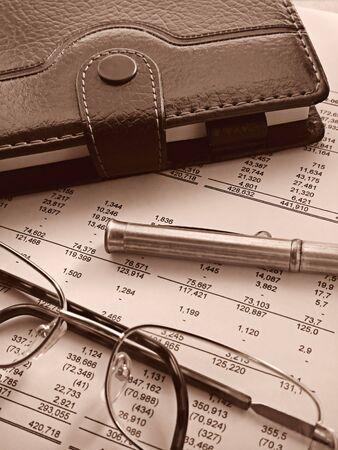 organise: close-up de un organizador, un bol�grafo y vasos en la parte superior de los estados financieros