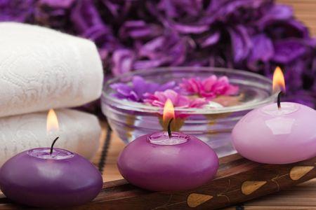 púrpura tres tonificado velas y flores en spa configuración (1)  Foto de archivo - 6866417