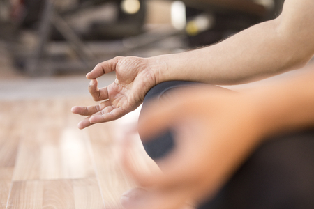 buena postura: Close-up of man meditating
