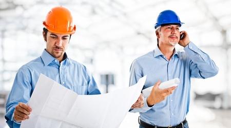 mechanical: Portret van twee ingenieurs aan het werk
