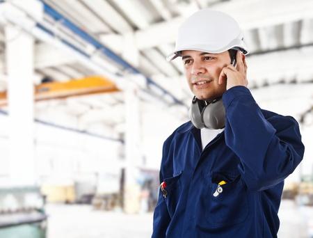 trabajador petrolero: Retrato de un obrero en una fábrica