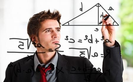 simbolos matematicos: Hombre escribir fórmulas matemáticas en la pantalla