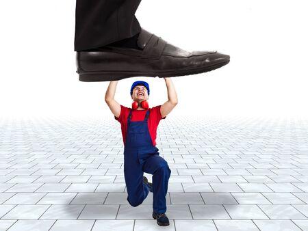 gewerkschaft: Geschäftsmann versucht, einen Arbeiter mit Füßen treten