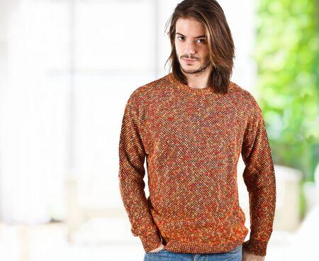 mann mit langen haaren: Portrait einer gut aussehender Mann