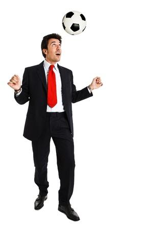 amateur: Hombre de negocios feliz jugando al fútbol. Aislado en blanco