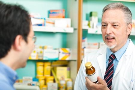 recetas medicas: Retrato de un farmac�utico en su tienda