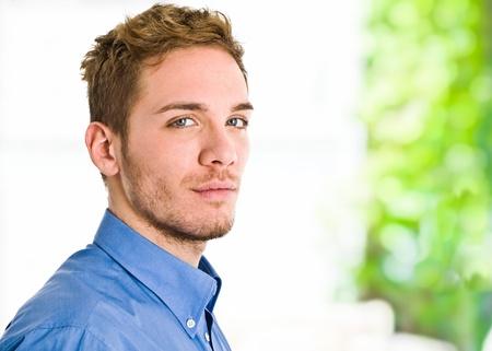 ojos azules: Retrato de un hombre de negocios sonriente aislados en blanco