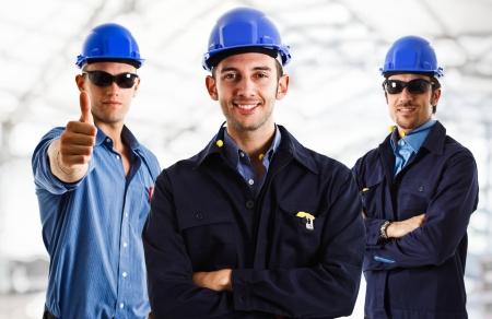 trabajador petroleros: Tres ingenieros en el trabajo en una obra en construcci�n