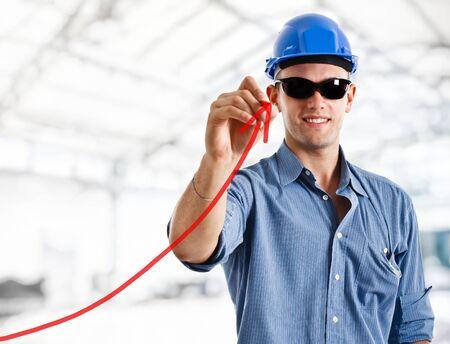 productividad: Ingeniero de dibujar una flecha ascendente, en representaci�n de negocios o de crecimiento de la productividad Foto de archivo
