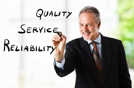 satisfaction client: Homme d'affaires �crit objectifs de l'entreprise sur l'�cran