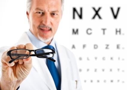 oculista: Oculista que le da un par de gafas