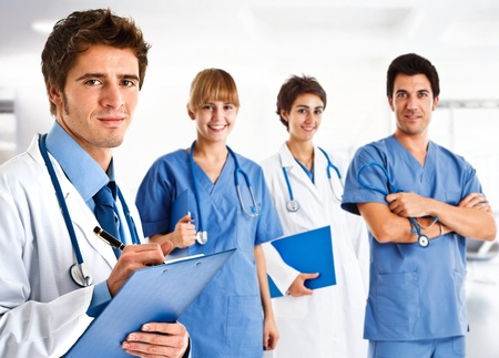orvosok: Portré egy barátságos orvos előtt, aki csapata