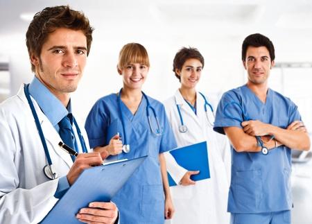 doctores: Retrato de un doctor amistoso frente a su equipo