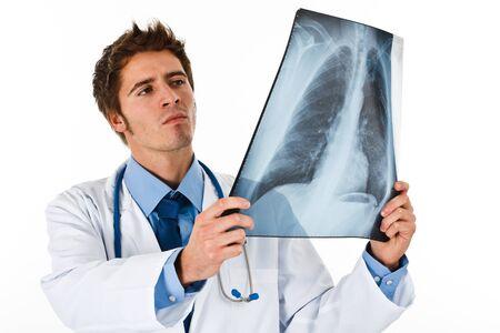 lungenkrebs: Portr�t von einem Arzt schaut auf einen Radiographie