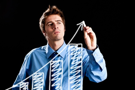 productividad: Hombre dibujando una gráfica en la pantalla