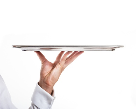 trays: Professionele kelner die een lege schaal Geïsoleerd op wit