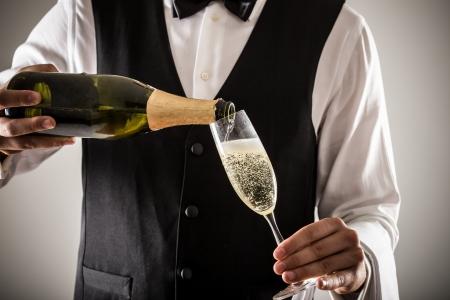 botella champagne: Retrato de un camarero con una botella de champán