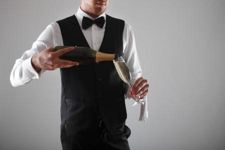 sirvientes: Retrato de un camarero con una botella de champán