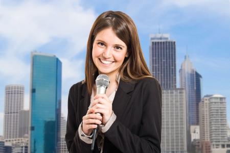 reportero: Retrato de una mujer hablando en un micrófono