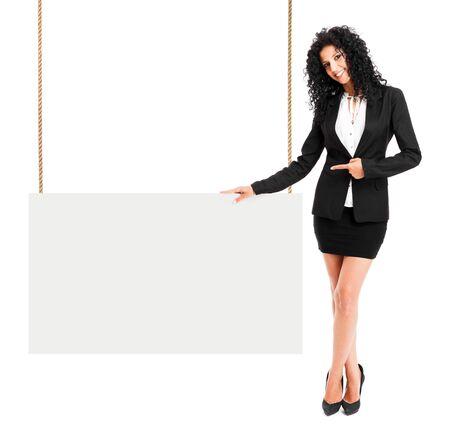 exibindo: Mulher bonita que mostra um sinal em branco