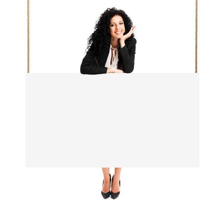 optimismo: Hermosa mujer muestra un cartel en blanco