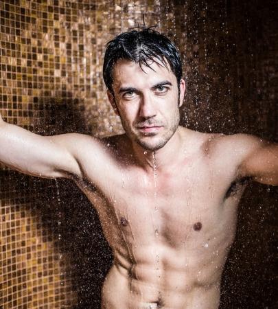uomo nudo: Bello l'uomo a fare una doccia in una spa Archivio Fotografico