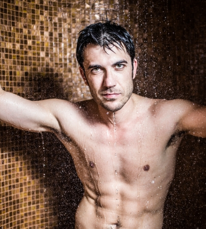 hombre desnudo: Hombre guapo haciendo una ducha en un spa