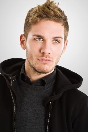 bionda occhi azzurri: Ritratto di moda di un bel ragazzo Archivio Fotografico