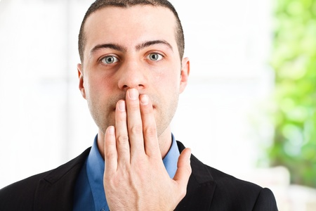keep silent: L'uomo chiudendo la bocca Archivio Fotografico
