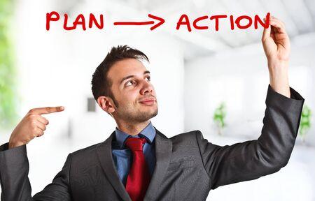 plan de accion: Hombre de negocios amistoso escribir su estrategia sencilla en la pantalla