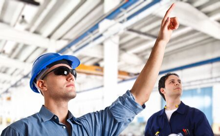 trabajador petrolero: Ingenieros sonrientes en el trabajo