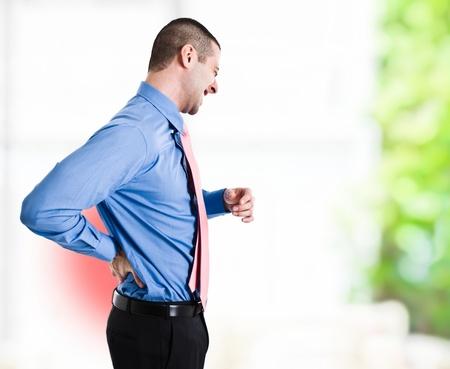 dolor de espalda: El hombre que sufre de un dolor de espalda Foto de archivo
