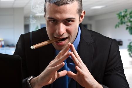 corrupcion: Retrato de un hombre sombr�o en su escritorio