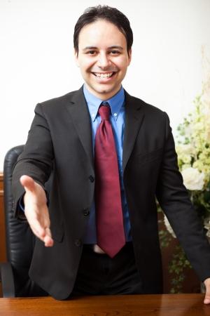 Retrato de un hombre sonriente en su estudio