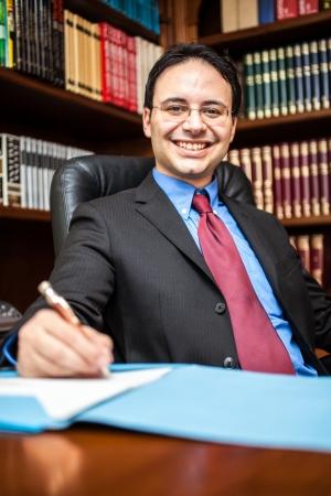 director de escuela: Retrato de un exitoso hombre de negocios en su estudio