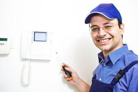 경보: 직장에서 웃는 기술자의 초상화 스톡 사진