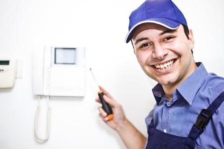 electricista: Retrato de una sonriente técnico en el trabajo