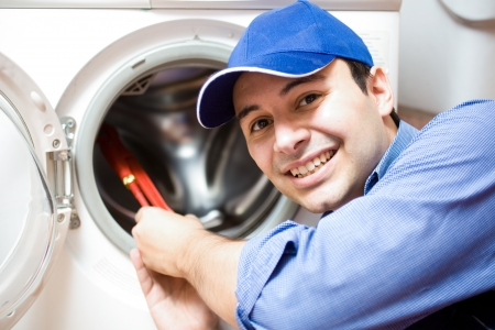 machine à laver: Portrait d'un technicien de réparation d'une machine à laver