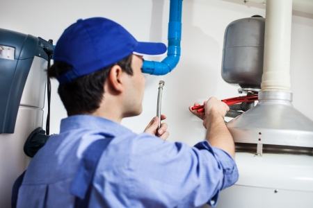 plomeria: Plumber reparar un calentador de agua caliente