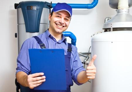 fontanero: Sonriendo t�cnico de reparar el calentador de agua caliente