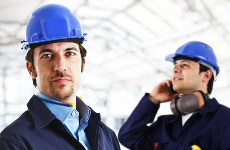 Ingenieros sonrientes en el trabajo