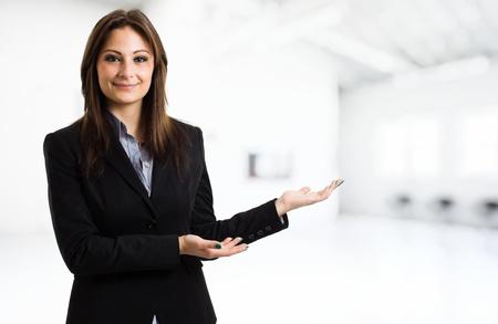 manos abiertas: Mujer de negocios que muestra el copyspace usar las manos