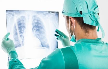 Portrait d'un chirurgien mâle examinant une radiographie