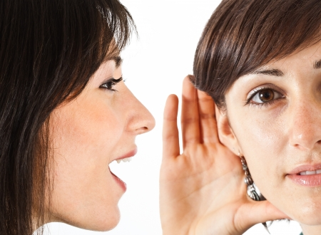 Femme dire un bavardage à un ami