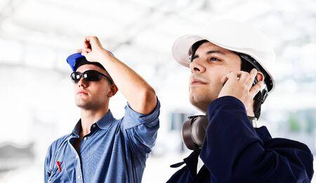 manufactura: Ingenieros sonrientes en el trabajo