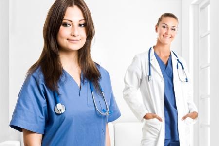 enfermeros: Retrato de dos mujeres trabajadoras m�dicas en un hospital Foto de archivo
