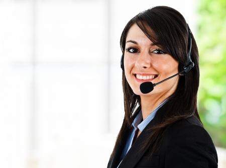recepcionista: Retrato de un representante de servicio al cliente hermosa