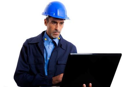 trabajador petrolero: Retrato de un ingeniero con un ordenador portátil
