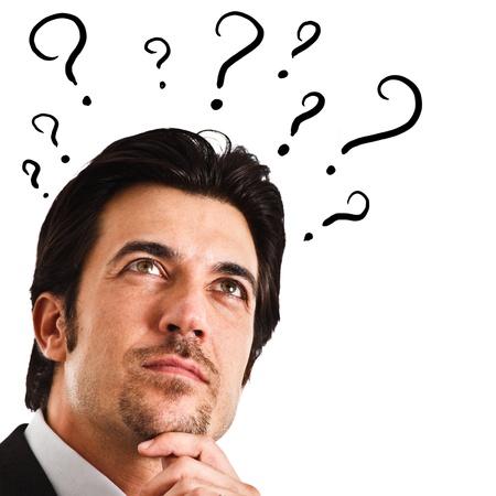 dudas: Retrato de un hombre pensativo con signos de interrogación en torno a su cabeza