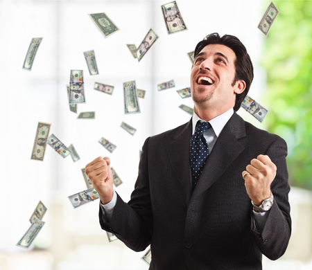 Homme heureux appréciant la pluie d'argent Banque d'images
